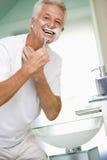 bathroom man shaving smiling Στοκ Φωτογραφία
