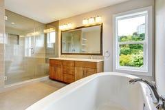 Bathroon avec le coffret de vanité et le secteur de douche avec les portes en verre images stock