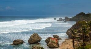 Bathsheba Rock, sikten till stranden och naturliga parkerar Royaltyfri Foto