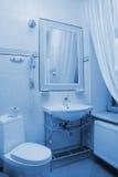 bathtroomhotellinterior arkivbild