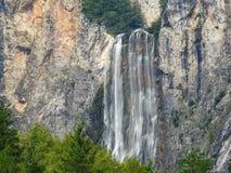 Batida Boka da cachoeira perto de Bovec, Eslovênia imagens de stock