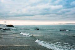 A batida das ondas contra as rochas O Mar Negro Fotos de Stock