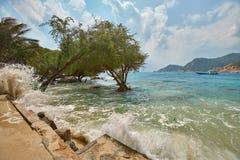 A batida das ondas na costa da ilha Imagens de Stock Royalty Free