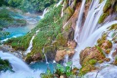 Batida de Sastavci das cachoeiras de Sastavci vista de cima de, em lagos Plitvice, Croácia - destino cênico popular em Europa imagens de stock