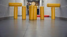 Batida do jogo dos pinos no salão Ambos os moldes na figura da artilharia são sucesso nas ruas do jogo do gorodki imagens de stock