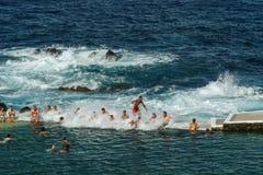 Batida pela onda poderosa fotos de stock