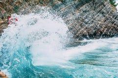 Batidas grandes da onda nas rochas imagens de stock royalty free