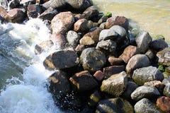 Batidas pequenas das ondas do mar contra as pedras imagens de stock