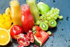 Batido alaranjado verde vermelho Healhty dos sucos de frutos imagens de stock