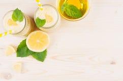 Batido amarelo do limão nos frascos de vidro com palha, folha da hortelã, mel, vista superior Imagem de Stock Royalty Free