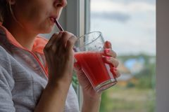 Batido bebendo da desintoxicação da jovem mulher em casa, foto do close-up imagens de stock