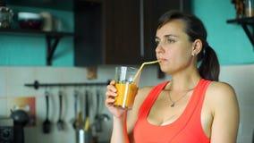 Batido bebendo da mulher desportiva na cozinha video estoque