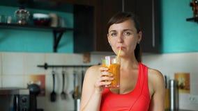 Batido bebendo da mulher desportiva nova com palha video estoque