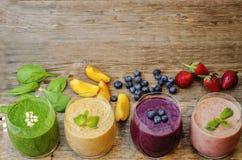Batido com mirtilos, pêssego, espinafres e morangos Fotografia de Stock
