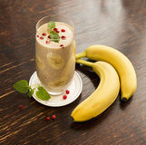 Batido congelado saudável da airela e da banana com hortelã Imagem de Stock