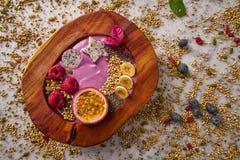Batido da bacia de Acai com fruto e framboesas de paixão Foto de Stock