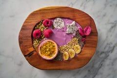 Batido da bacia de Acai com fruto e framboesas de paixão Fotos de Stock Royalty Free