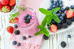 Batido da baga, bebida saudável, dieta ou vegetariano do iogurte da desintoxicação do verão fotografia de stock royalty free