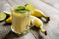 Batido da banana com chá de Matcha Fotografia de Stock Royalty Free