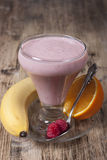 Batido da banana, suco de laranja, framboesa congelada com yogur Imagens de Stock