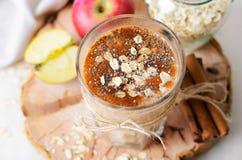 Batido da canela de Apple com aveia e Chia Seeds, bebida saudável do vegetariano fotografia de stock