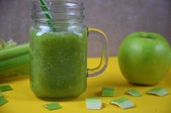 Batido da desintoxicação com aipo e maçã em um fundo branco Alimento saudável Fotografia de Stock