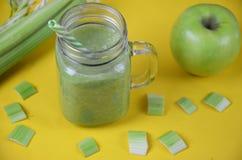 Batido da desintoxicação com aipo e maçã em um fundo branco Alimento saudável Foto de Stock