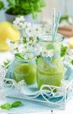 Batido de fruta verde orgânico saudável Fotos de Stock
