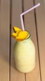 Batido de leche con el mango Foto de archivo