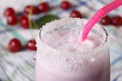 Batido de leche con las cerezas en una macro de cristal horizontal Imagen de archivo libre de regalías
