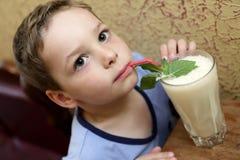 Batido de leche de consumición del niño imágenes de archivo libres de regalías