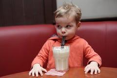 Batido de leche de consumición del niño Fotografía de archivo libre de regalías