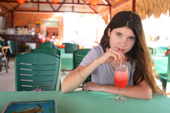 Batido de leche de la fresa de la bebida de la muchacha del adolescente en café asiático de la calle Imagen de archivo libre de regalías