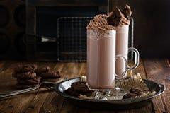 Batido de leche de la galleta del chocolate en tazas altas Fotos de archivo libres de regalías