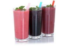 Batido de leche del zumo de fruta del Smoothie con las frutas aisladas Imagen de archivo