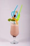 Batido de leche en un vidrio adornado con la baya, el chocolate y la menta Imagenes de archivo