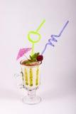 Batido de leche en un vidrio adornado con la baya, el chocolate y la menta Fotografía de archivo libre de regalías