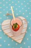 Batido de leche hecho en casa de la fresa Foto de archivo libre de regalías
