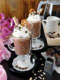Batido de leche hecho de escamas del chocolate y de la avena con crema azotada Imagen de archivo