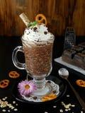 Batido de leche hecho de escamas del chocolate y de la avena con crema azotada Fotos de archivo