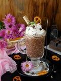 Batido de leche hecho de escamas del chocolate y de la avena con crema azotada Fotografía de archivo libre de regalías