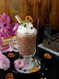 Batido de leche hecho de escamas del chocolate y de la avena con crema azotada Fotografía de archivo