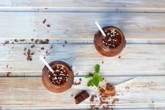 Batido do chocolate e da banana com as bolas do chocolate em uns frascos Fotos de Stock