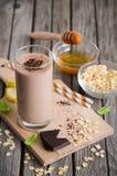 Batido do chocolate e da banana com farinha de aveia fotos de stock royalty free