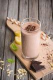 Batido do chocolate e da banana com farinha de aveia fotos de stock