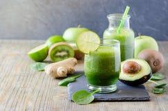 Batido fresco verde do vegetariano da desintoxicação, bebida saudável, dieta de energia Fotografia de Stock