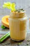 Batido saudável da especiaria da abóbora com aipo, bananas e sementes Foto de Stock Royalty Free