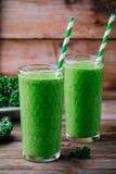 Batido saudável do verde da desintoxicação com couve em um vidro no fundo de madeira Foto de Stock Royalty Free