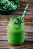 Batido saudável do verde da desintoxicação com couve no frasco de pedreiro no fundo de madeira Imagens de Stock Royalty Free