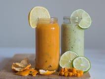 Batido saudável do verde do nad da laranja na placa de madeira Imagem de Stock